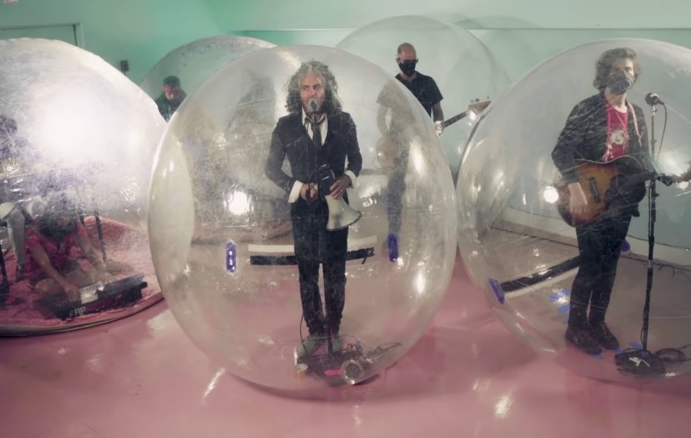 The Flaming Lips perform on 'Fallon'.